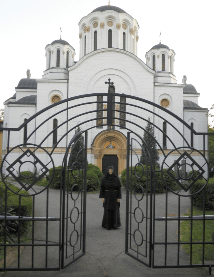 Мати Теодора на капији манастира Ваведења