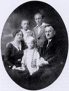 Породична фотографија Настића, Војислав стоји са својим оцем